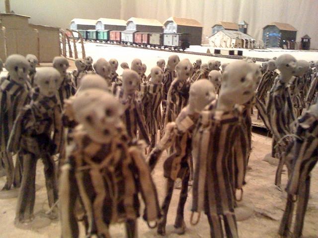 Elbábozni Auschwitzot – Hotel Modern: Kamp