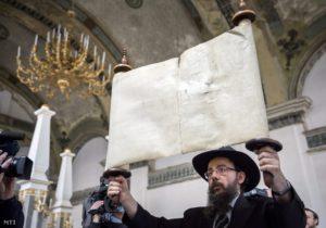 100 ellopott tóratekercsre bukkant Köves Slómó rabbi