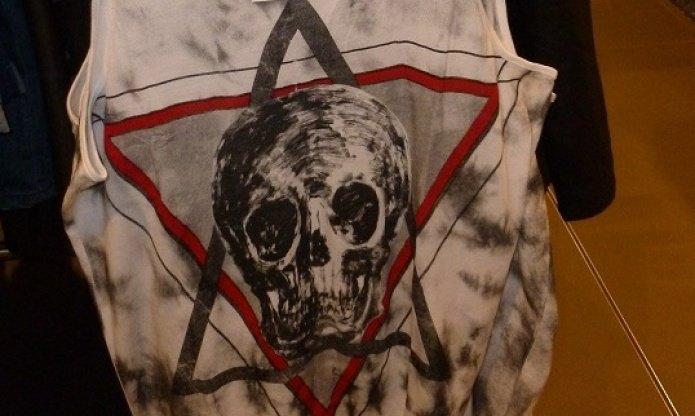 Koponya a Dávid-csillagban: trikókat vett le polcairól a H&M