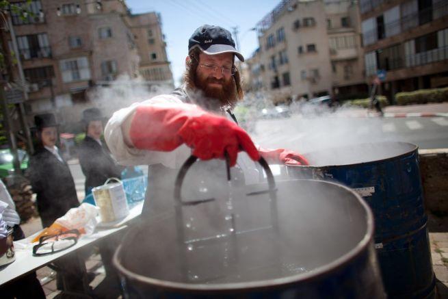Ortodox zsidó férfi készül peszachra