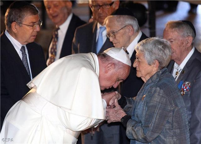 Ferenc pápa holokauszt túlélőknek csókol kezet (forrás: new.va)