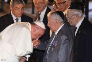 Ferenc pápa: holokauszt túlélők kezét csókolta meg