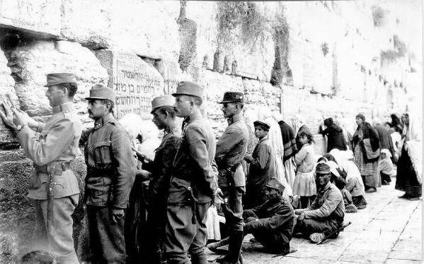 Osztrák zsidó katonák a siratófalnál