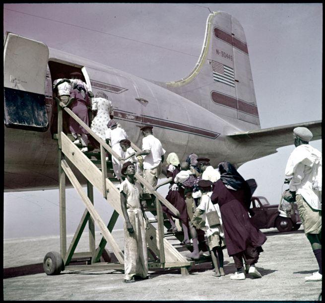 Jemeni zsidók a JDC Izraelbe tartó gépére szállnak 1951-ben
