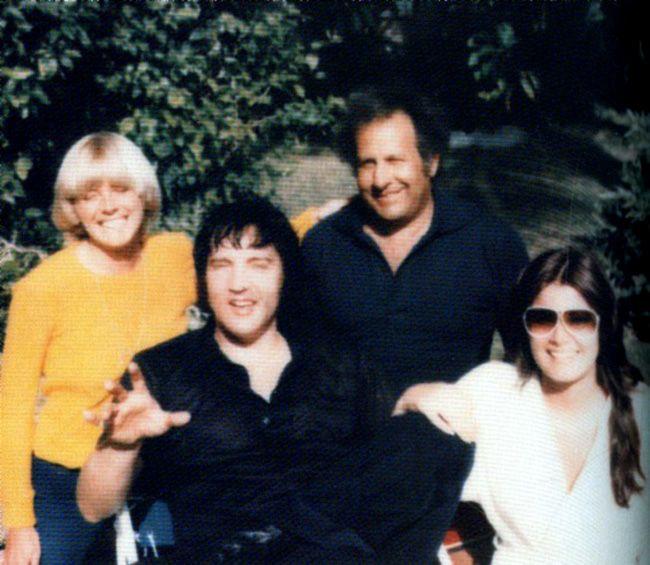 Az egyik utolsó nyaralás fotója Joe Espositoval feleségével és Gingerrel Elvis akkori barátnőjével