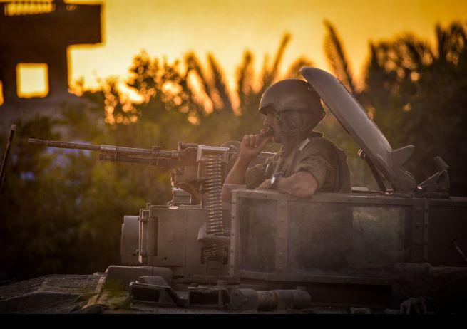 IDF parancsnok utasításokat ad a katonáinak Gázában
