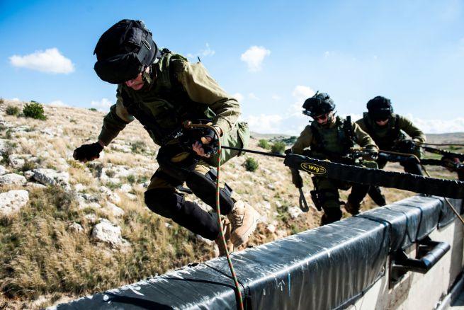 Katonák szimulált terrortámadás alatt