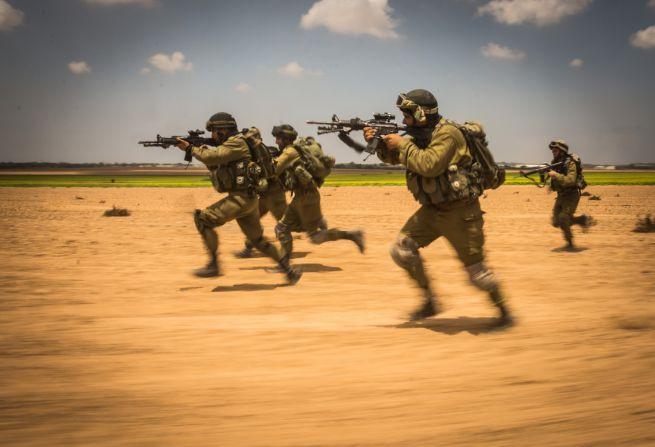 Katonák a Negev-sivatagban