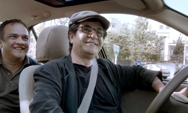 Dzsafar Panahi a Taxi c. filmben