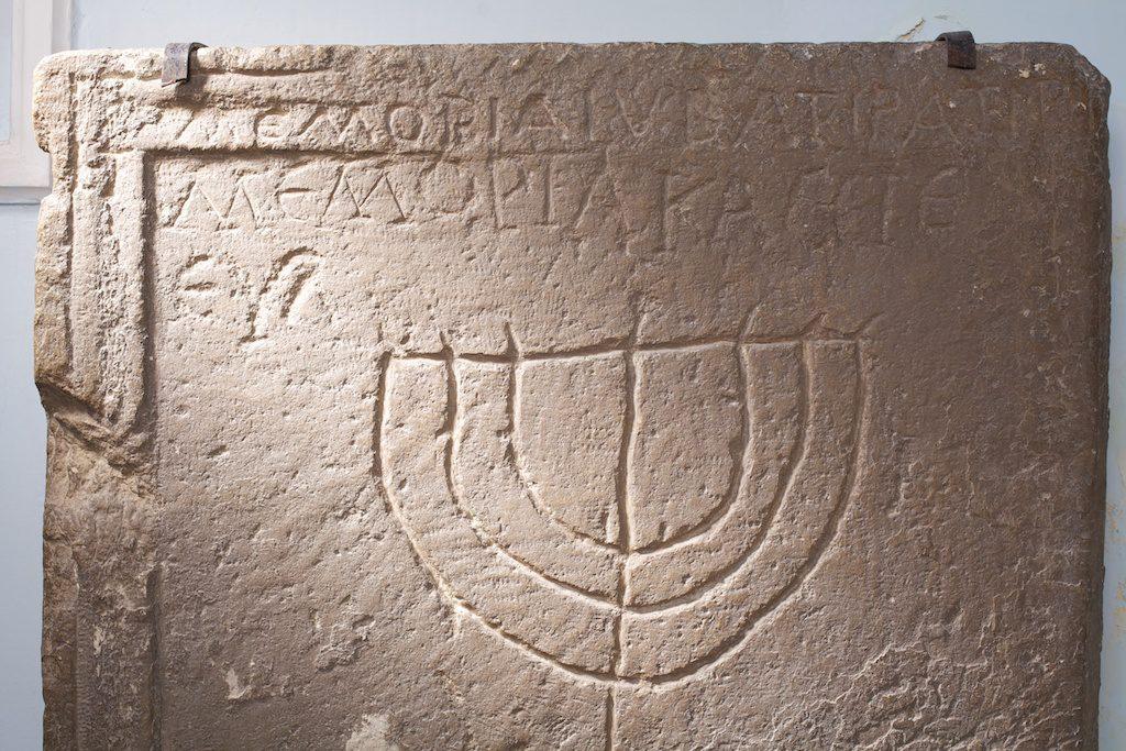 A magyar zsidók nemesi oklevele – kőből