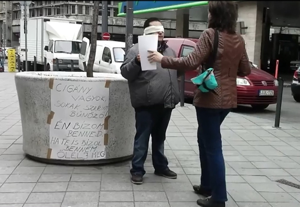 Egy roma férfi állt ki ölelésért a Kálvin térre