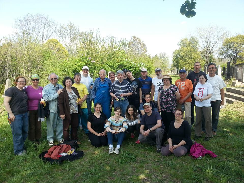 Rekord számú önkéntes a gyöngyösi zsidó temető helyreállításában