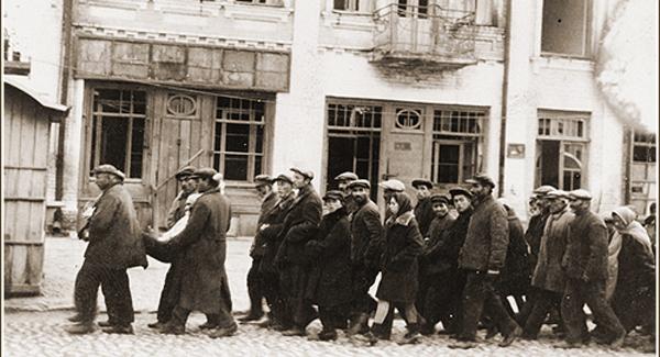 Részben Magyarországról deportált zsidókat kísérnek Kamenyec-Podolszkijban a tömeggyilkosság színhelye felé