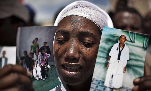 etióp nő tüntet Jeruzsálemben, hogy a rokonai Izraelbe jöhessenek