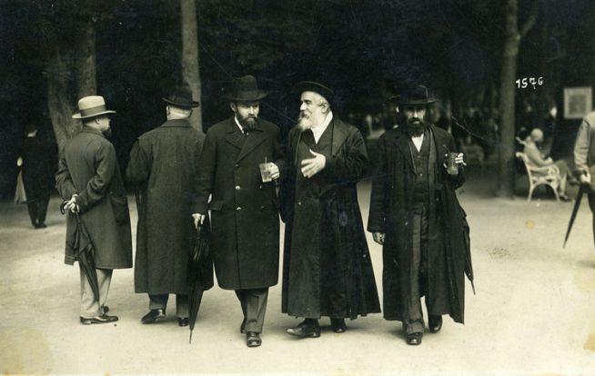 Hajim Eleazar Spira munkácsi rabbi hívei körében Marienbadban. 1923. Hans Lampalzer felvétele