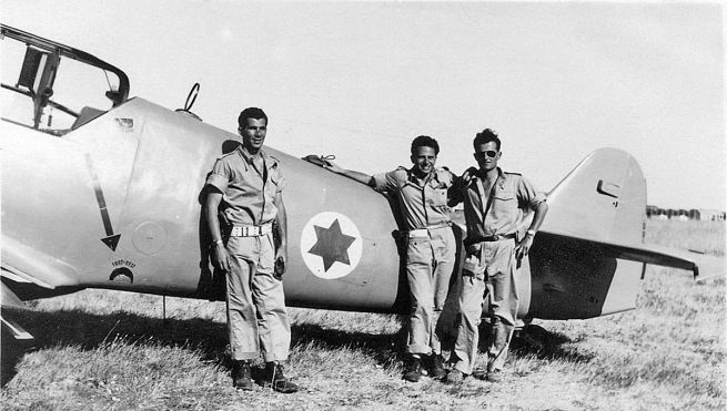 Lou Lenart (balra) két másik pilótával 1948-ban