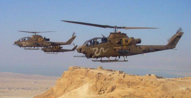 Cobra gyártmányú harci helikopterek a Masszada felett