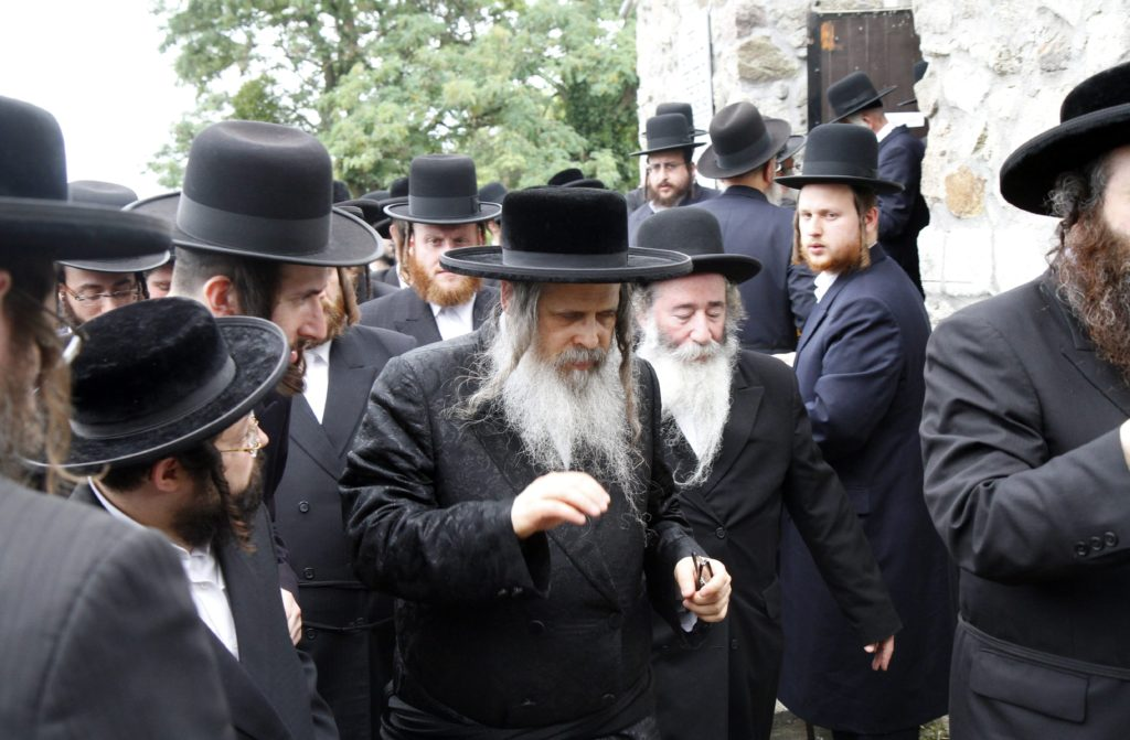 Több száz haszid zsidó a csodarabbi sírjánál