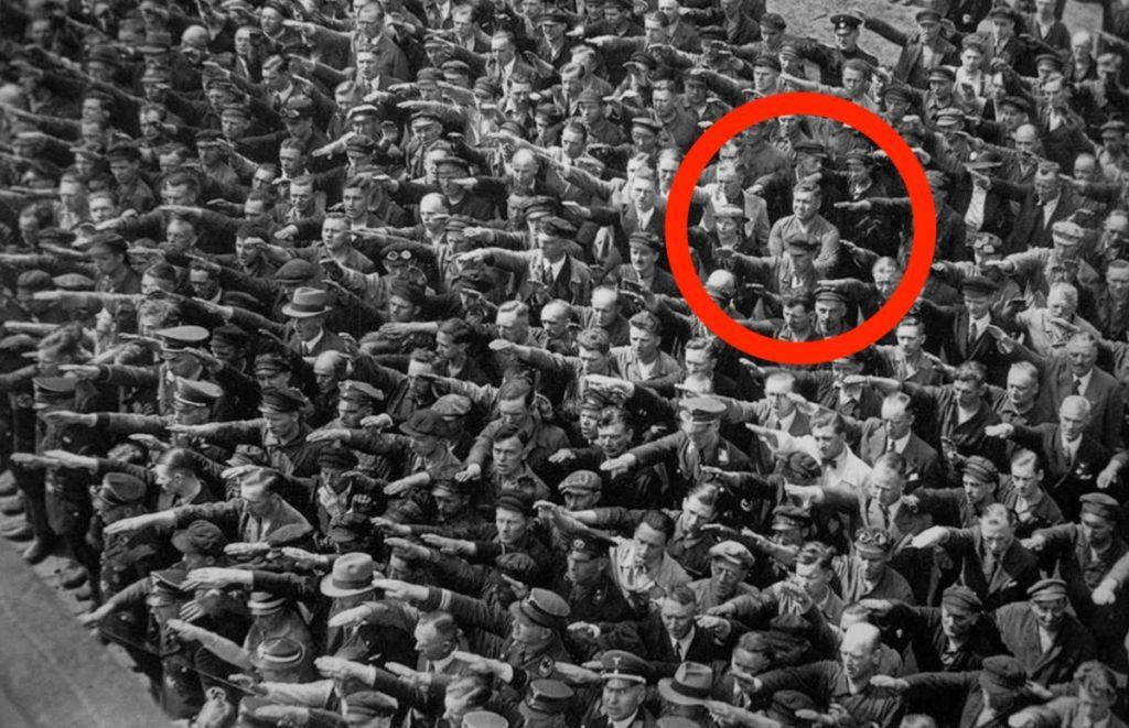 A német férfi, aki egyedüliként nem szalutált Hitler előtt