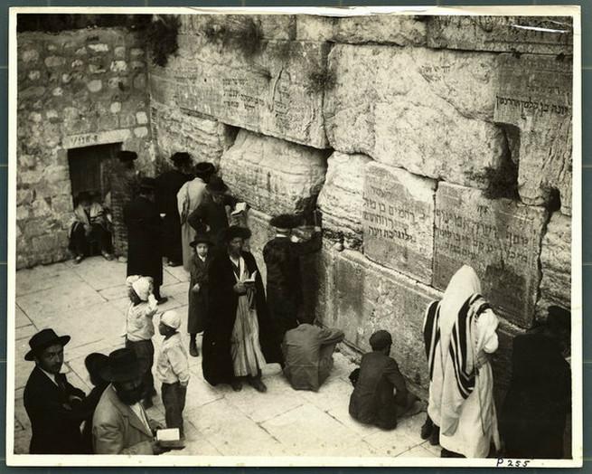 Zsidók imádkoznak a Siratófalnál az 1920-as években