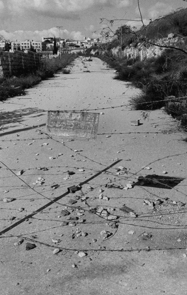 Szögesdrótakadály a két városrészt elválasztó határon