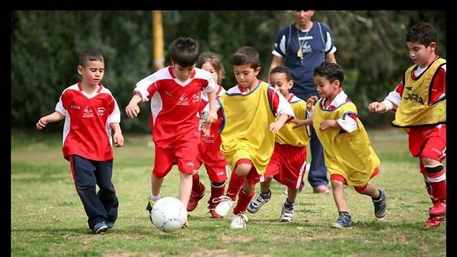 Együtt fociznak a különböző hátterű gyerekek