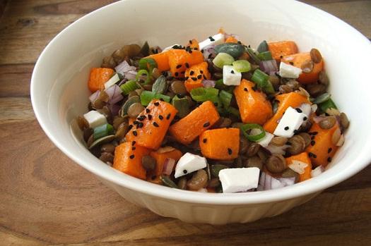 Datolyamézes lencse és sütőtök saláta