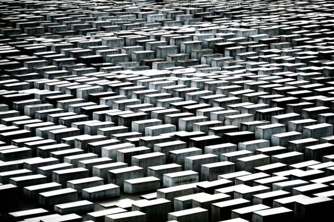 Az emlékmű összesen 2711 betontömbből áll, ezek körülbelül két futballpályányi területen sorakoznak.