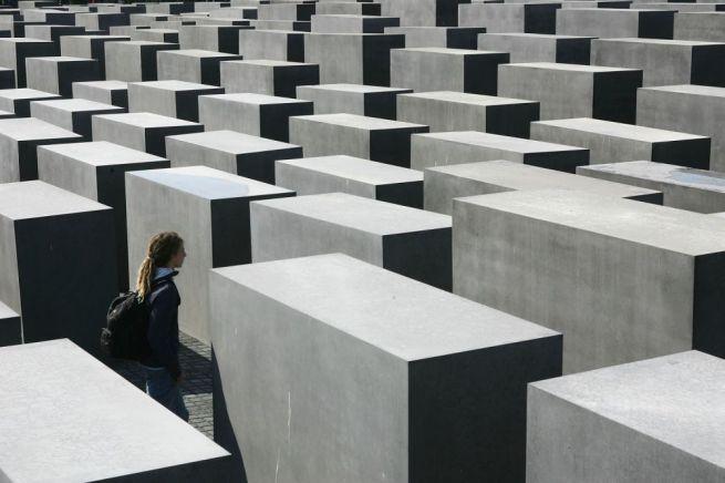 BERLIN – 2005. május 10-én avatták fel a meggyilkolt európai zsidóság emlékművét Berlinben, amit Peter Eisenman tervezett.