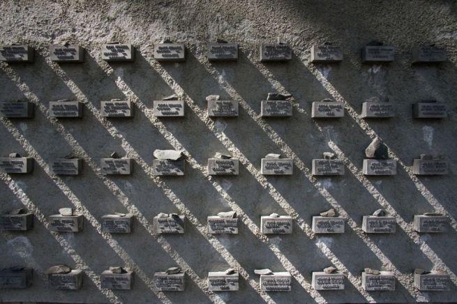 FRANKFURT AM MAIN – A zsidó temetőben állították fel azt a holokauszt-emlékfalat, ahol a látogatók kis kavicsokkal emlékeznek.