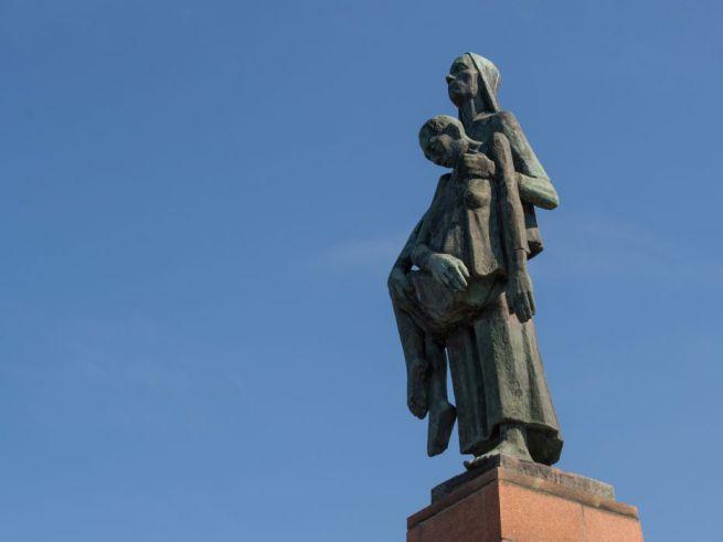 """RAVENSBRÜCK – A németországi a ravensbrücki koncentrációs tábor mellett állították fel a """"Die Tragende"""" (A cipelő nő) szobrát a tábor felszabadításának 70. évfordulója alkalmából. Ravensbrück volt a náci Németország legnagyobb női tábora, ahol több mint 25 ezren haltak éhen, illetve betegség vagy orvosi kísérletek miatt."""