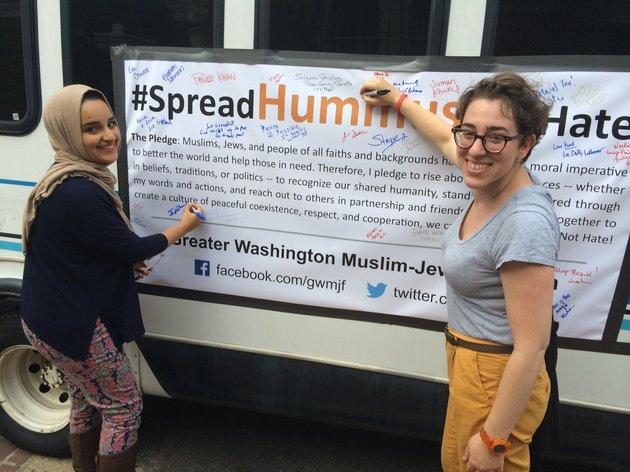 Symi Rom Rymer szervező a Maryland Egyetemen tanuló muszlim diákkal
