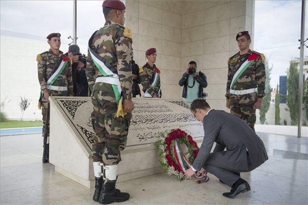 Szijjártó Péter Arafat sírjánál