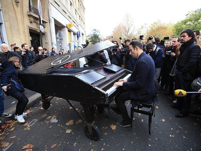 Férfi zongorázik a terror egyik helyszínén!