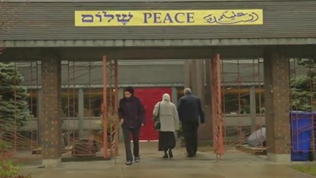 Kanadai zsinagóga befogadja egy felgyújtott mecset muszlim hívőit