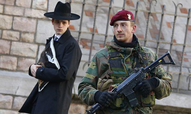 Belga katona egy antwerpeni zsidó iskola mellett őrködik