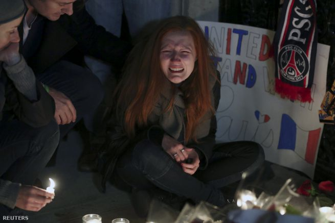 gyászoló nő a párizsi terrorcselekmények után