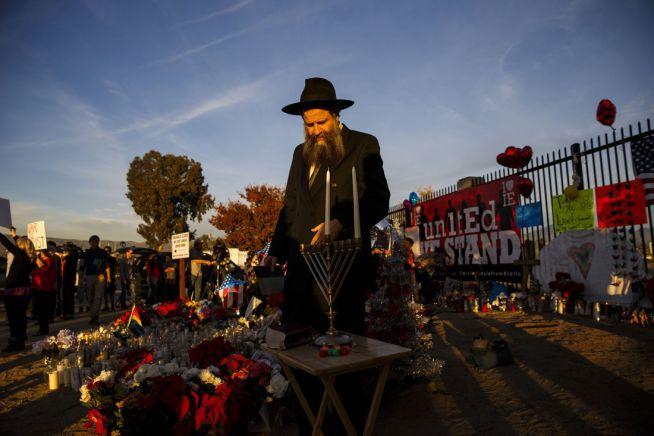 Sholom Harlig rabbi a kaliforniai San Bernardinóban, a 14 ember életét követelő merénylet helyszínén gyújt gyertyákat