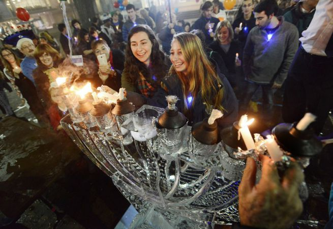 Jégből készült hanukai gyertyatartó, Chapel Hill, USA