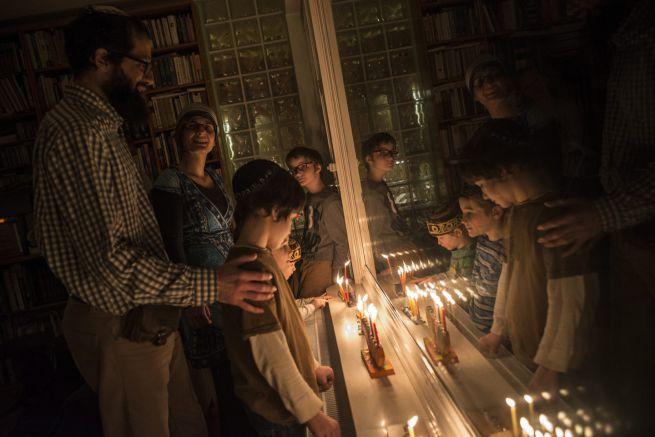 Egy ortodox zsidó család budapesti otthonában ünnepli a hanukát