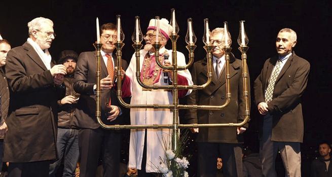 Ishak Haleva Törökország főrabbija (középen) az ország első nyilvános hanuka ünnepségén