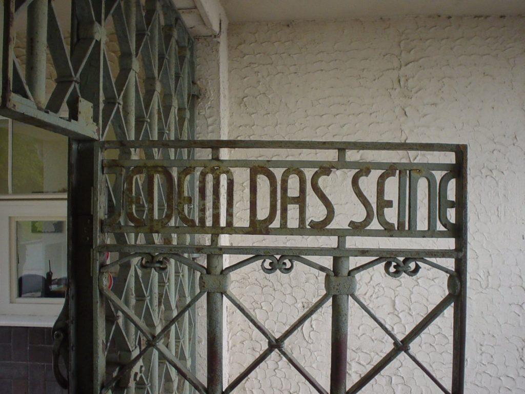 Felfüggesztettet kapott egy német politikus, aki egy koncentrációs tábor feliratát tetoválta magára