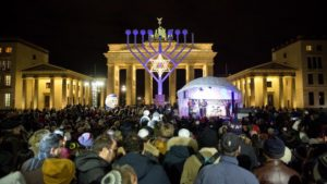 Szír menekültek csatlakoztak a berlini hanukai gyertyagyújtáshoz!