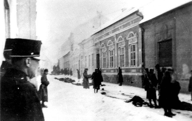 Magyar rendőrök és katonák meggyilkolt zsidók holttestei mellett, Újvidék, Jugoszlávia, 1942