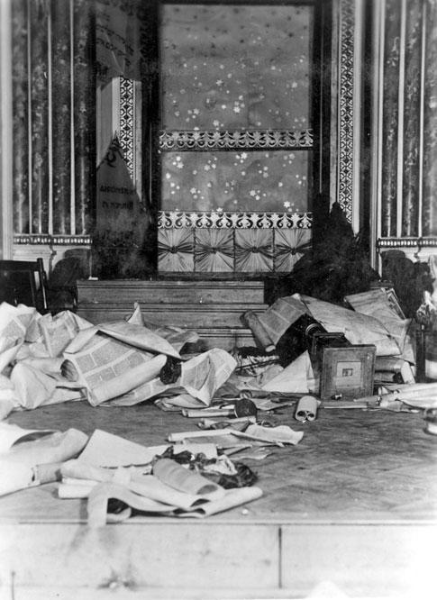 Megszentségtelenített Tóra tekercsek egy bukaresti pogrom után 1941 január