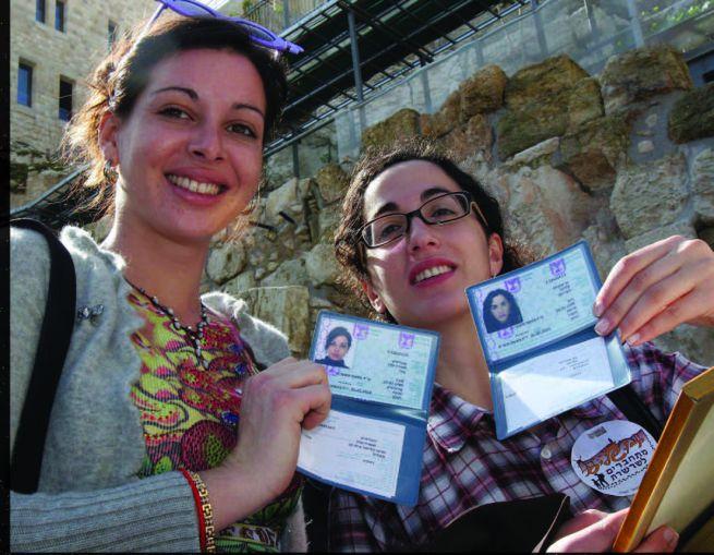 francia alijázott lányok mutatják új, izraeli igazolványukat
