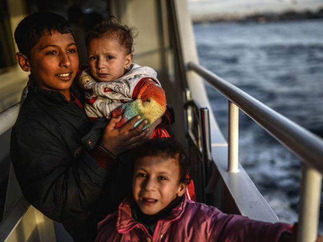 szíriai menekült család átkel a Boszpuruszon