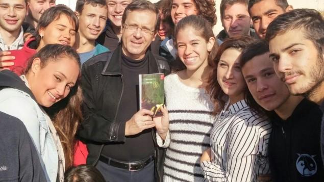 """Bestseller lett egy arab fiú és egy zsidó lány szerelméről szóló """"betiltott"""" könyv Izraelben"""