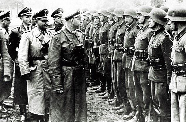 Heinrich Himmler, a Waffen SS vezetője seregszemlét tart