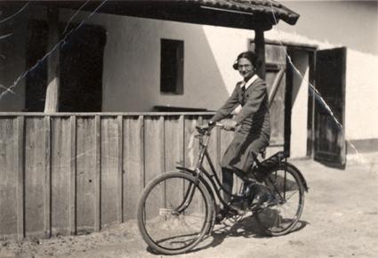 Váradi Éva házuk előtt, Kistelek, 1929 - Forrás: Centropa Alapítvány
